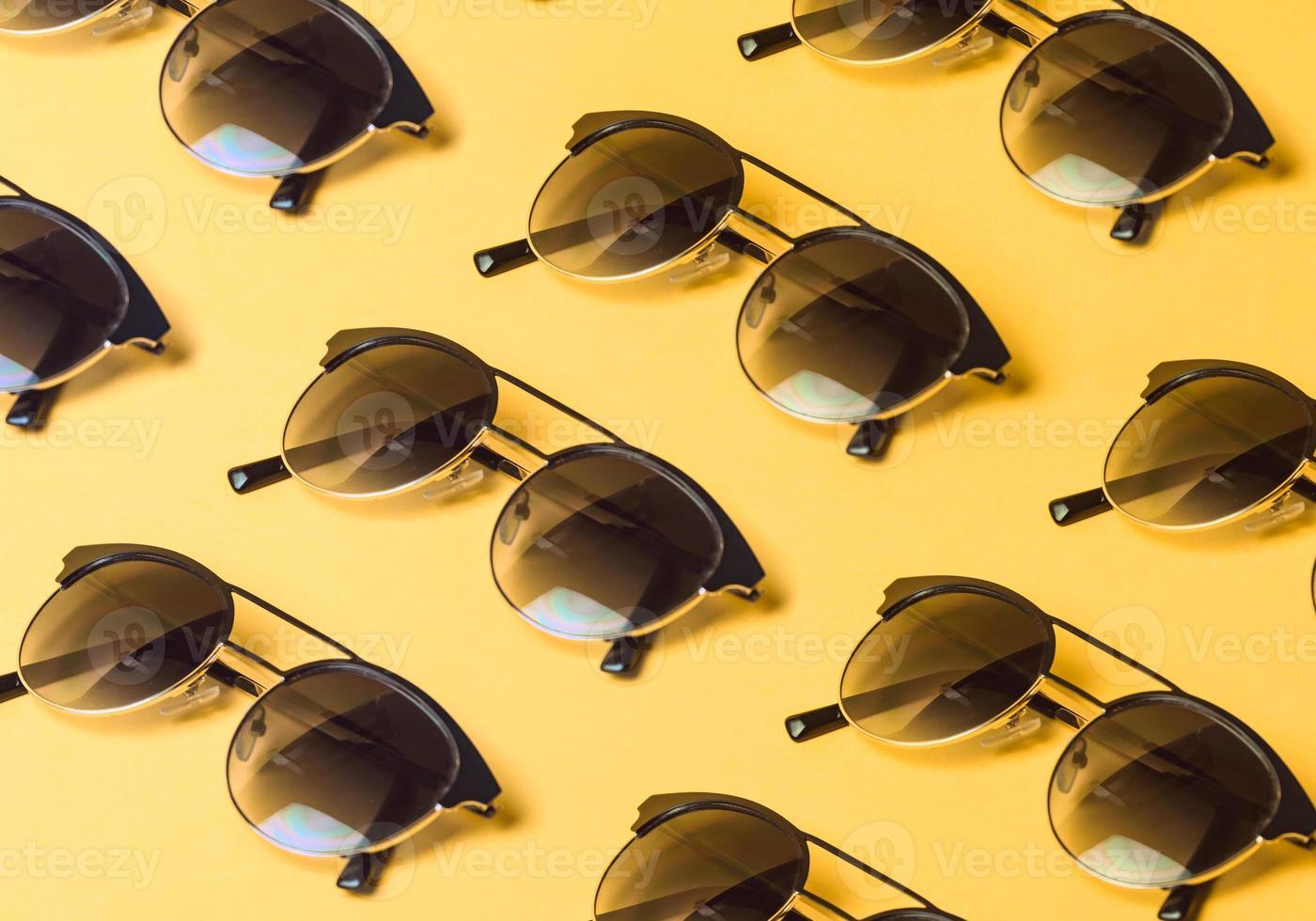 modèle de lunettes de soleil sur un fond jaune pastel avec copie espace photo