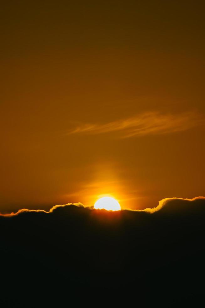 super coucher de soleil sur les nuages noirs photo