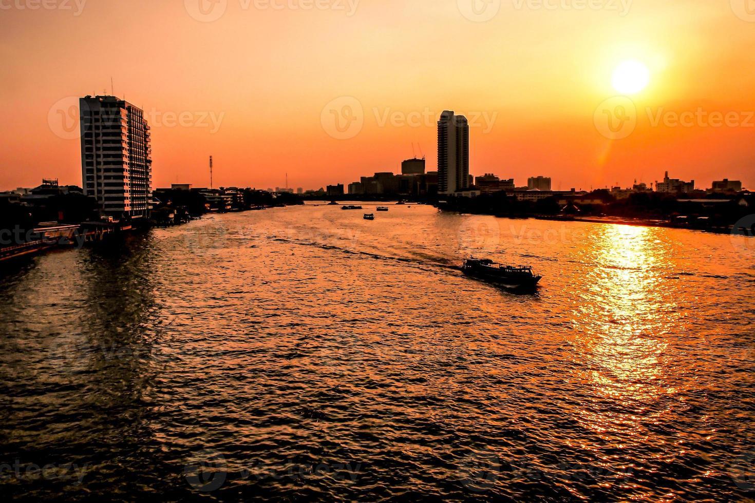 Vue aérienne de la ville de Bangkok, rivière Chao Phraya, ville de Bangkok, centre-ville urbain de la Thaïlande au coucher du soleil photo