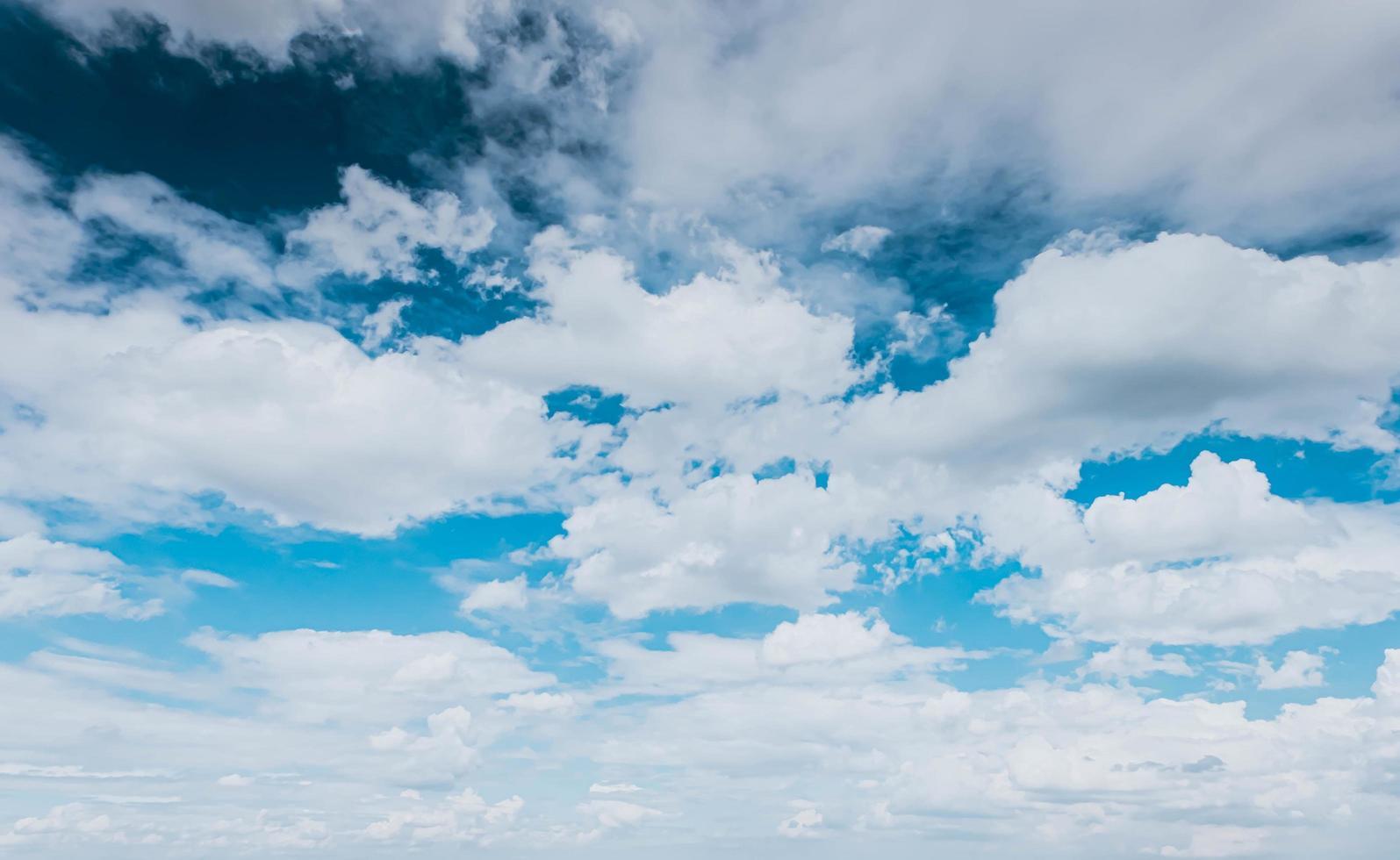 fond de nuages duveteux blanc ciel bleu photo
