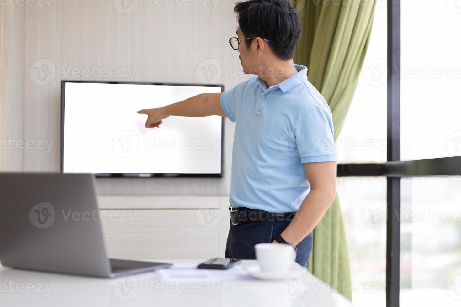 homme d & # 39; affaires dans la salle de conférence avec la main pointant sur l & # 39; écran photo