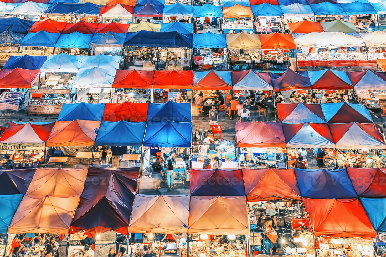 marché nocturne du train à bangkok photo