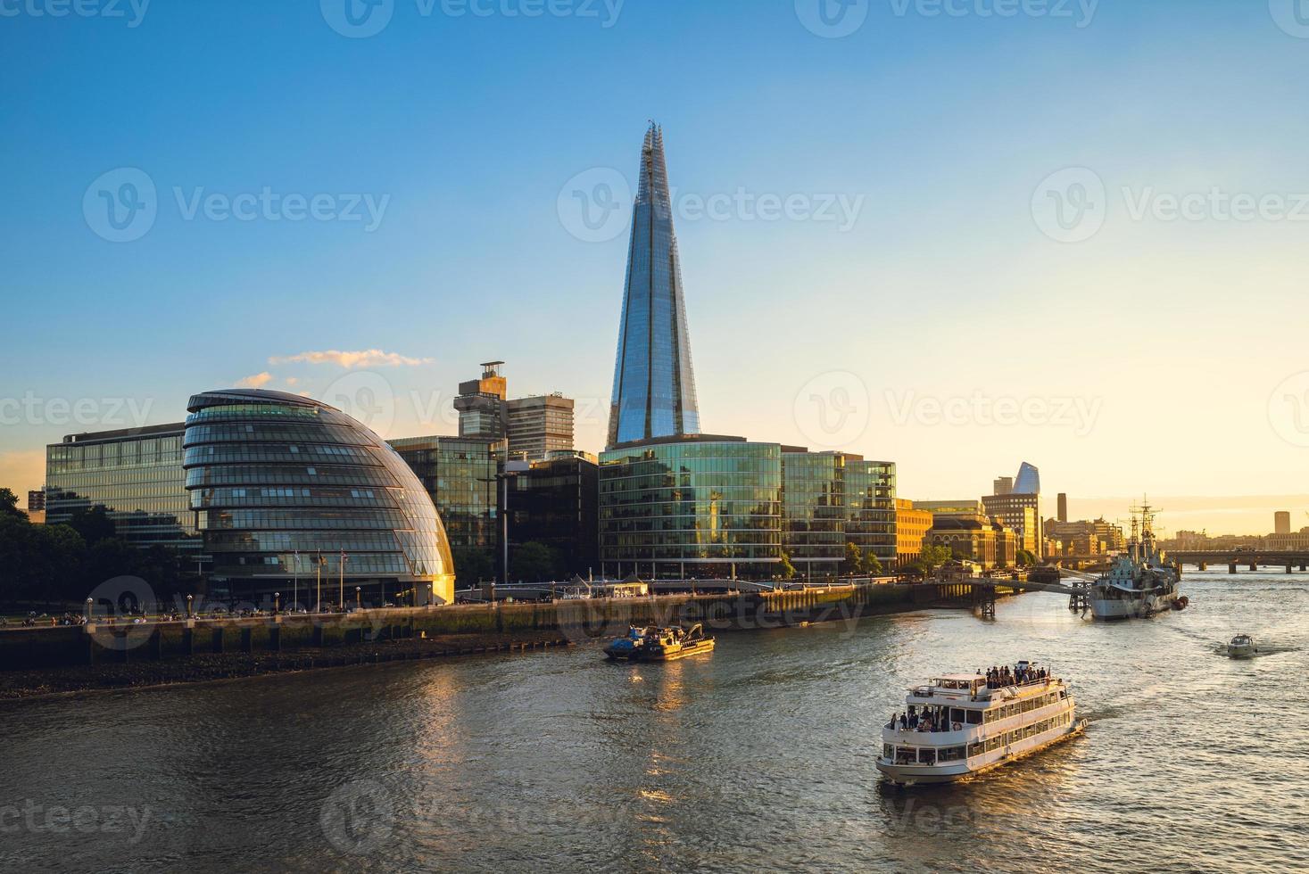 Horizon de Londres par la Tamise en Angleterre photo