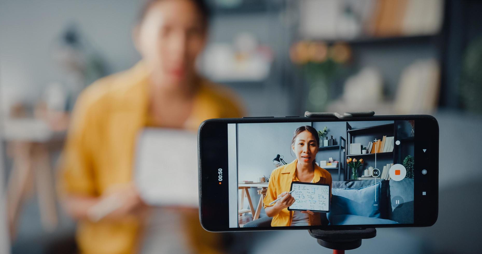 jeune enseignante asiatique appel vidéo sur smartphone conversation par webcam apprendre enseigner dans le chat en ligne à la maison photo