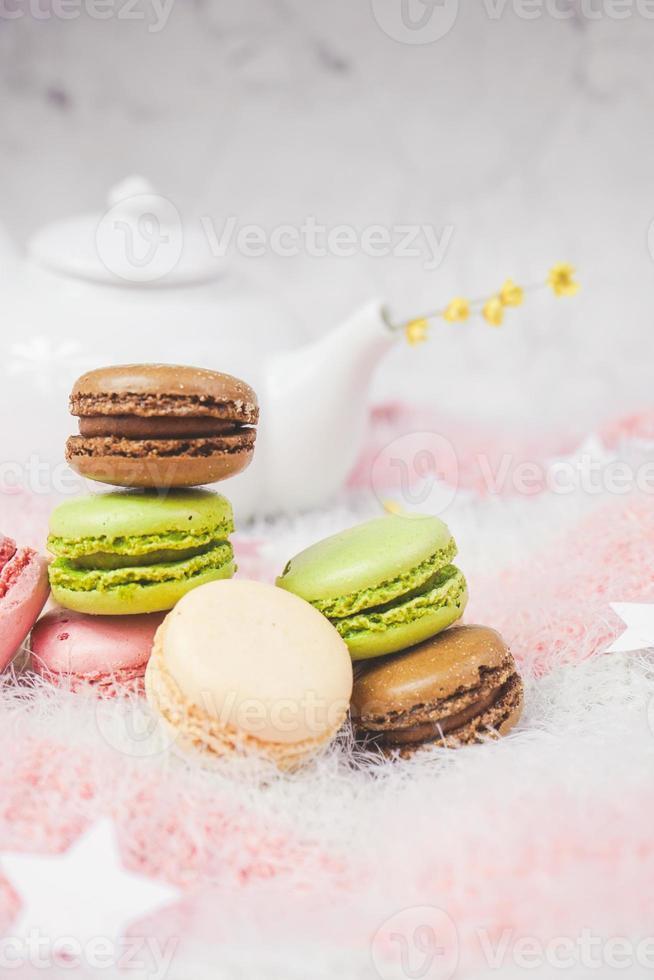 délicieux macarons avec un thé dans une théière photo