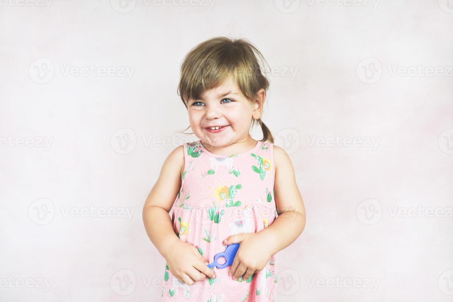 jeune petite et drôle de fille dans un studio shot photo
