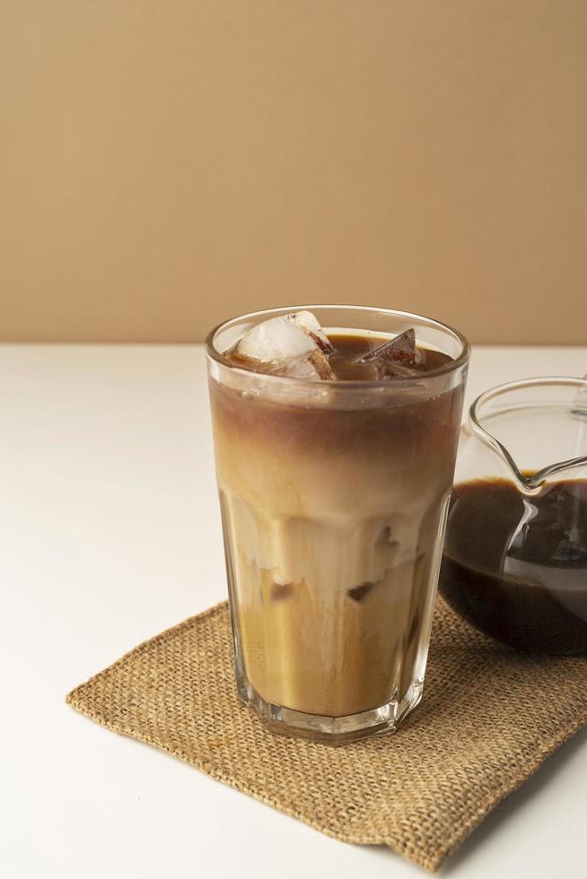 verre à café glacé sur table photo