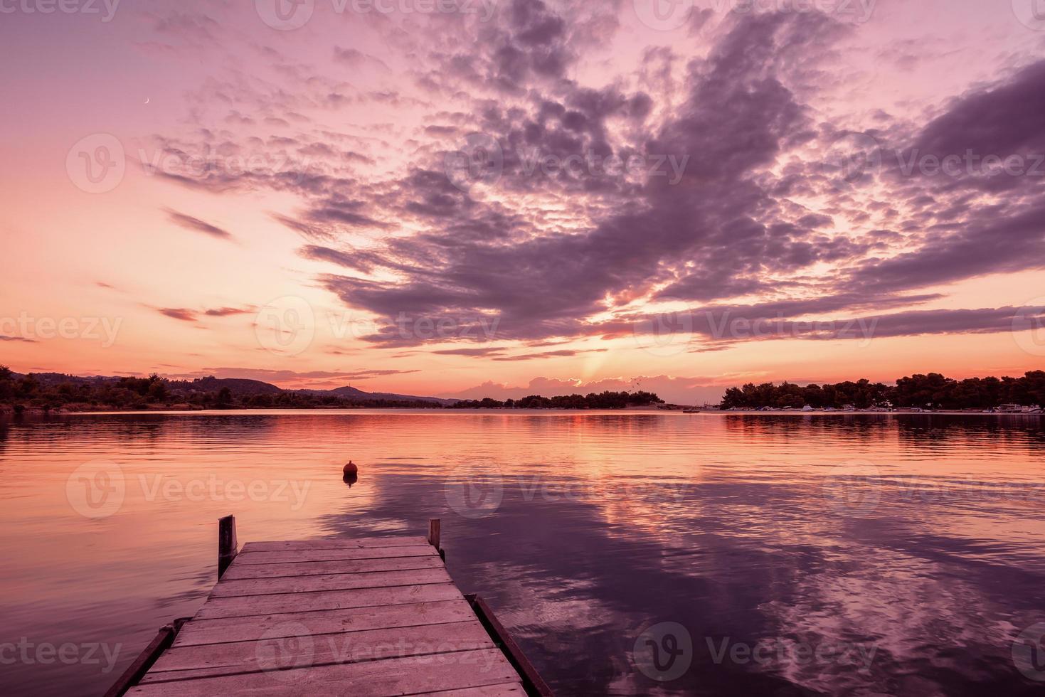 coucher de soleil sur le port de plaisance. port de plaisance au coucher du soleil, péninsule de kassandra, halkidiki, grèce. photo