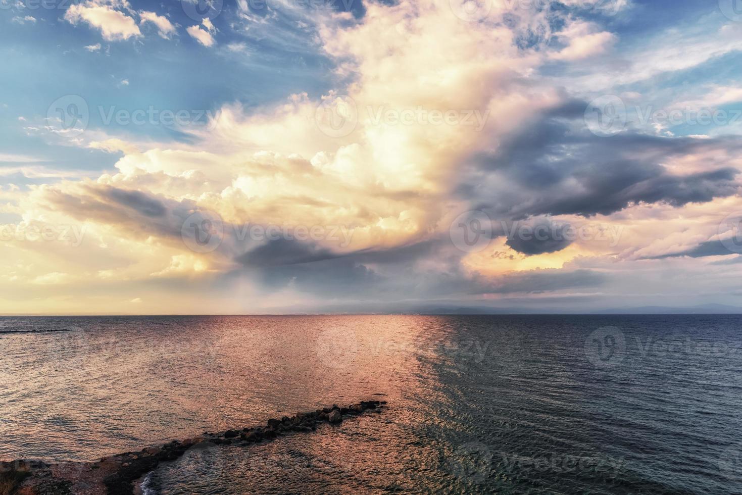 coucher de soleil spectaculaire en pleine mer, ciel panoramique sur la mer égée, péninsule de kassandra, grèce. photo