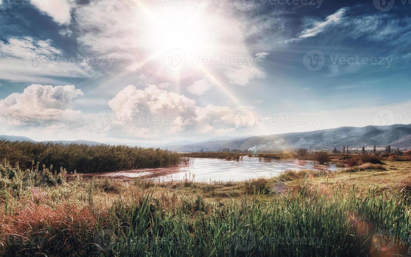 soirée tranquille au lac. coucher de soleil au lac dojran, fyr macédoine. Macédoine du Sud. photo