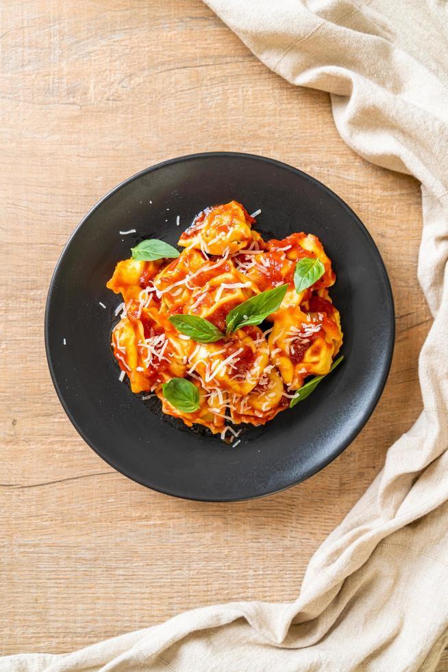 pâtes tortellini italiennes à la sauce tomate photo
