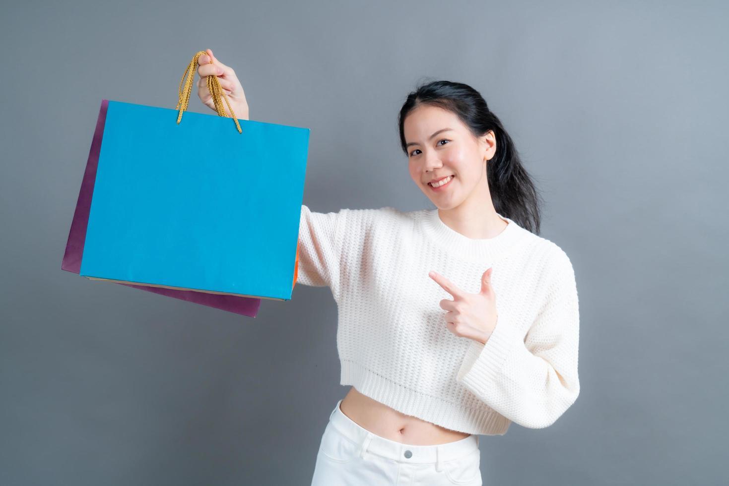 femme asiatique tenant des sacs à provisions photo