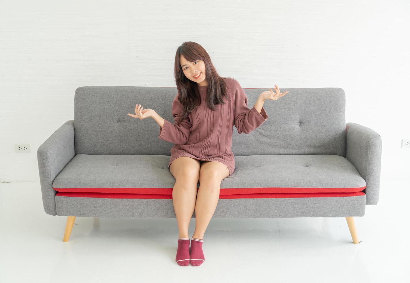 femme asiatique sur un canapé dans le salon avec espace de copie photo