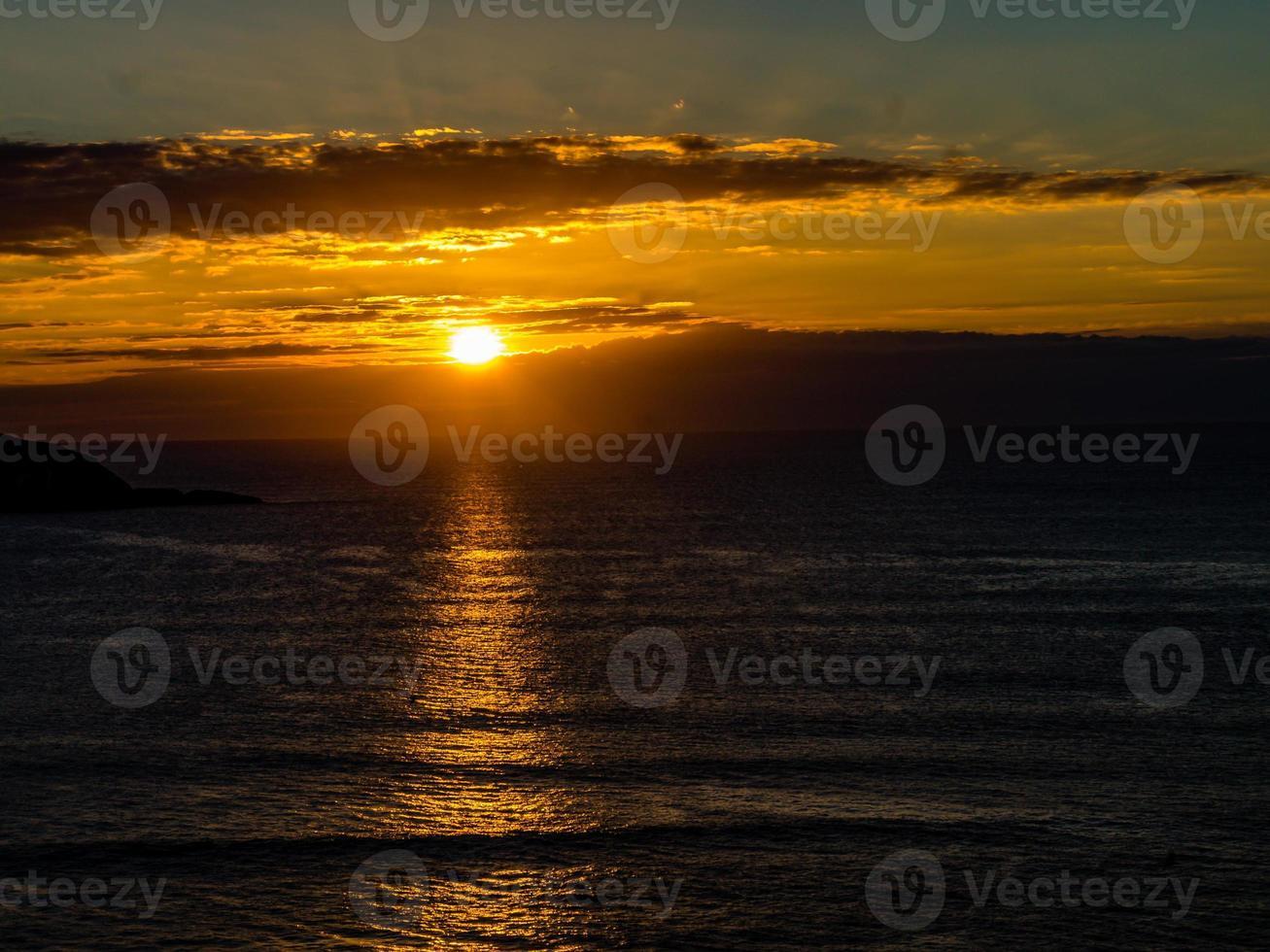 Coucher de soleil sur la plage de muriwai, Auckland, Nouvelle-Zélande photo