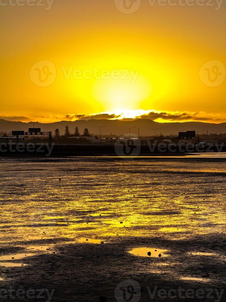 coucher de soleil sur la plage. plage de point chevalier, auckland, nouvelle-zélande photo