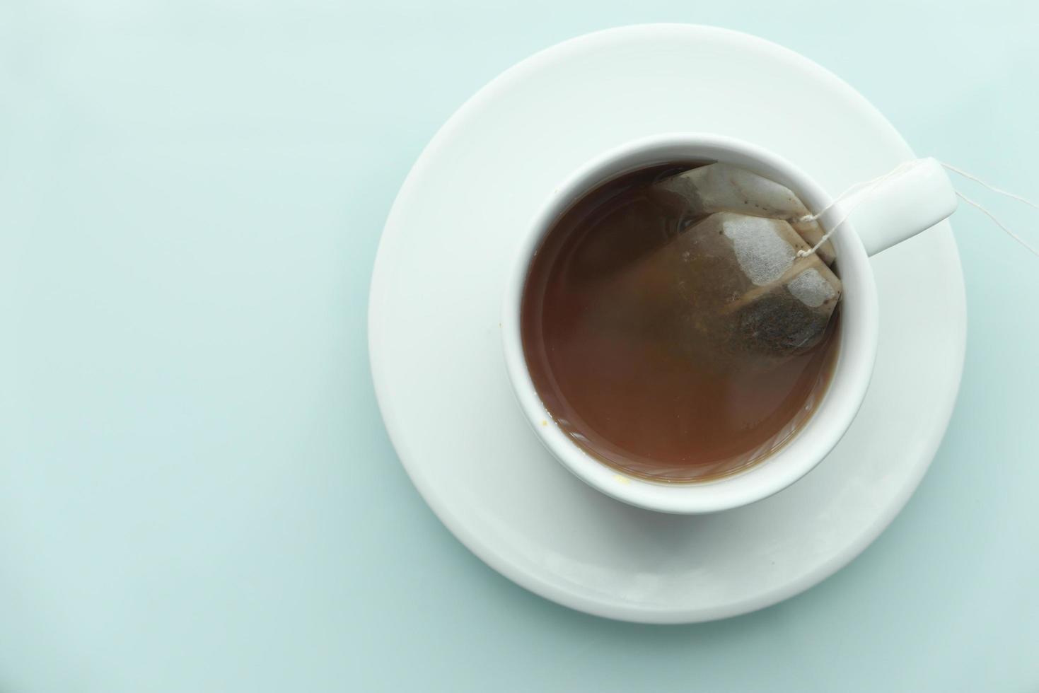thé vert avec sachet de thé sur fond de carreaux photo