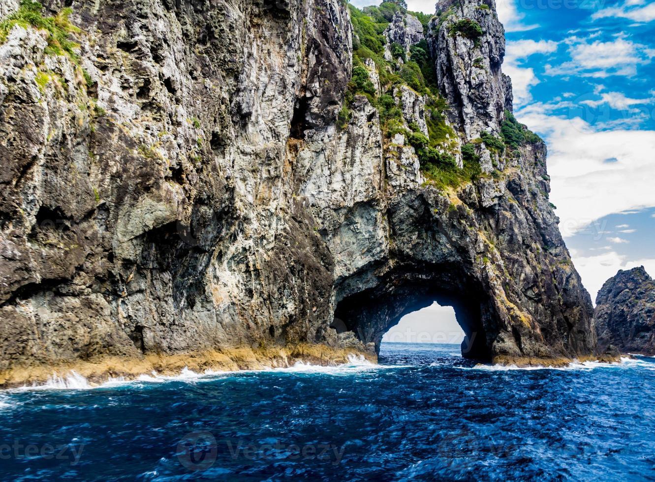 en regardant à travers le trou dans la roche. baie des îles, nouvelle-zélande photo