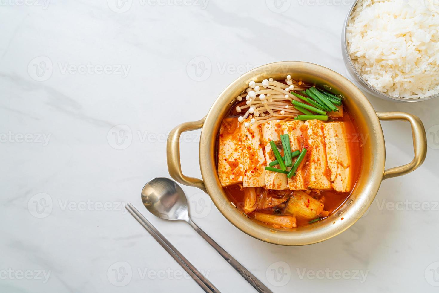 kimchi jjigae ou soupe de kimchi avec tofu mou ou ragoût de kimchi coréen photo