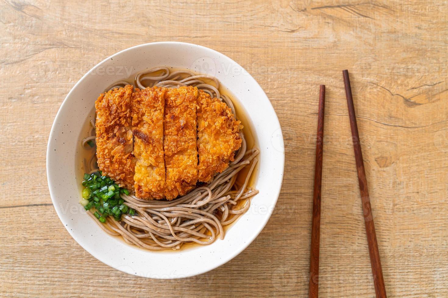 nouilles ramen soba avec escalope de porc frite japonaise photo