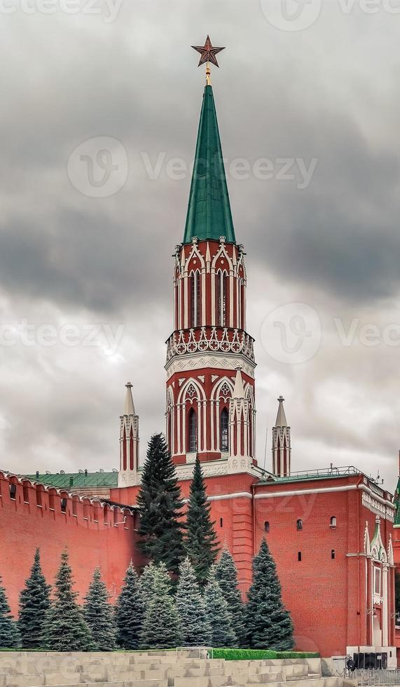 tour nikolskaya du kremlin de moscou par temps nuageux. photo