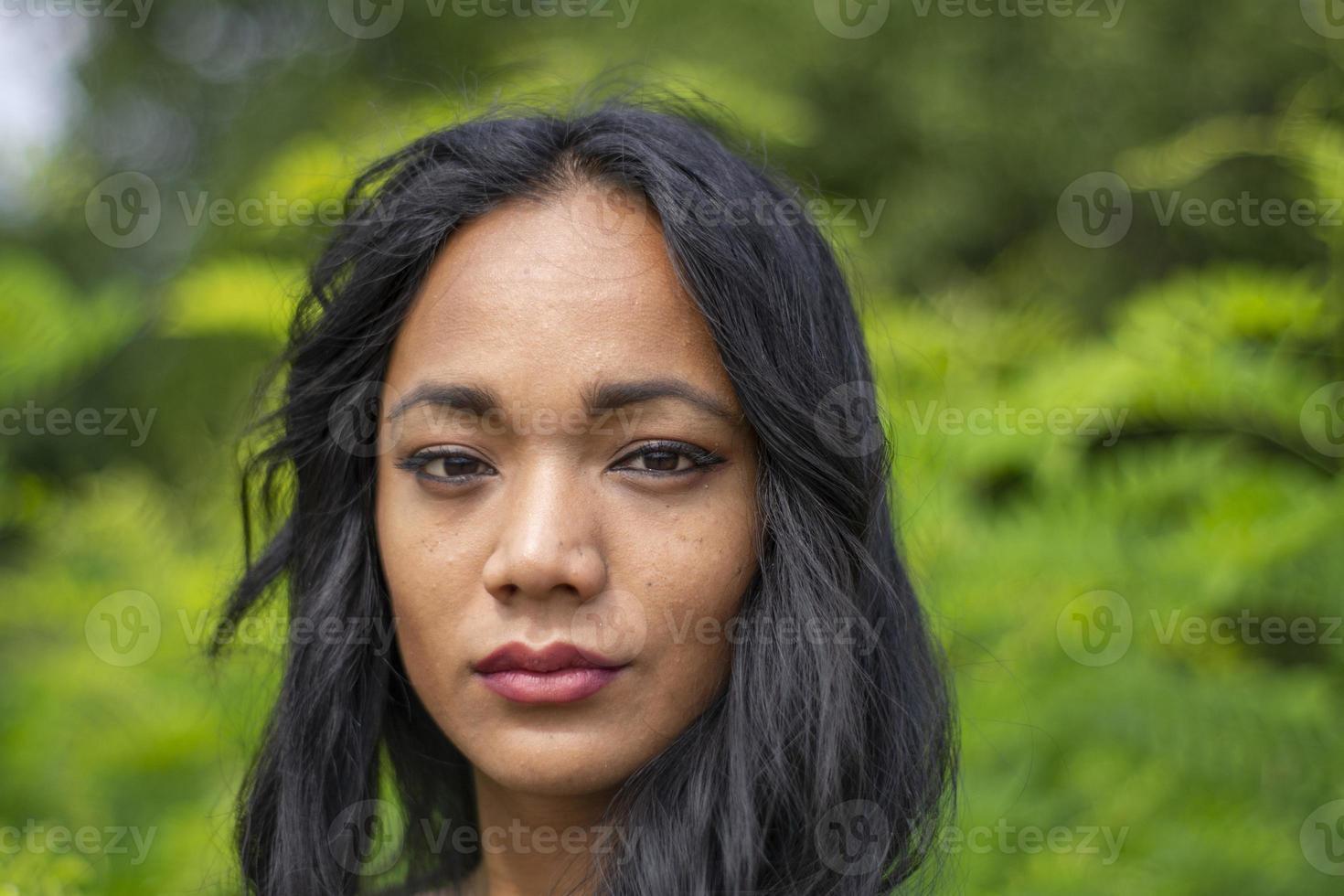 fille indienne immergée dans la nature printanière photo