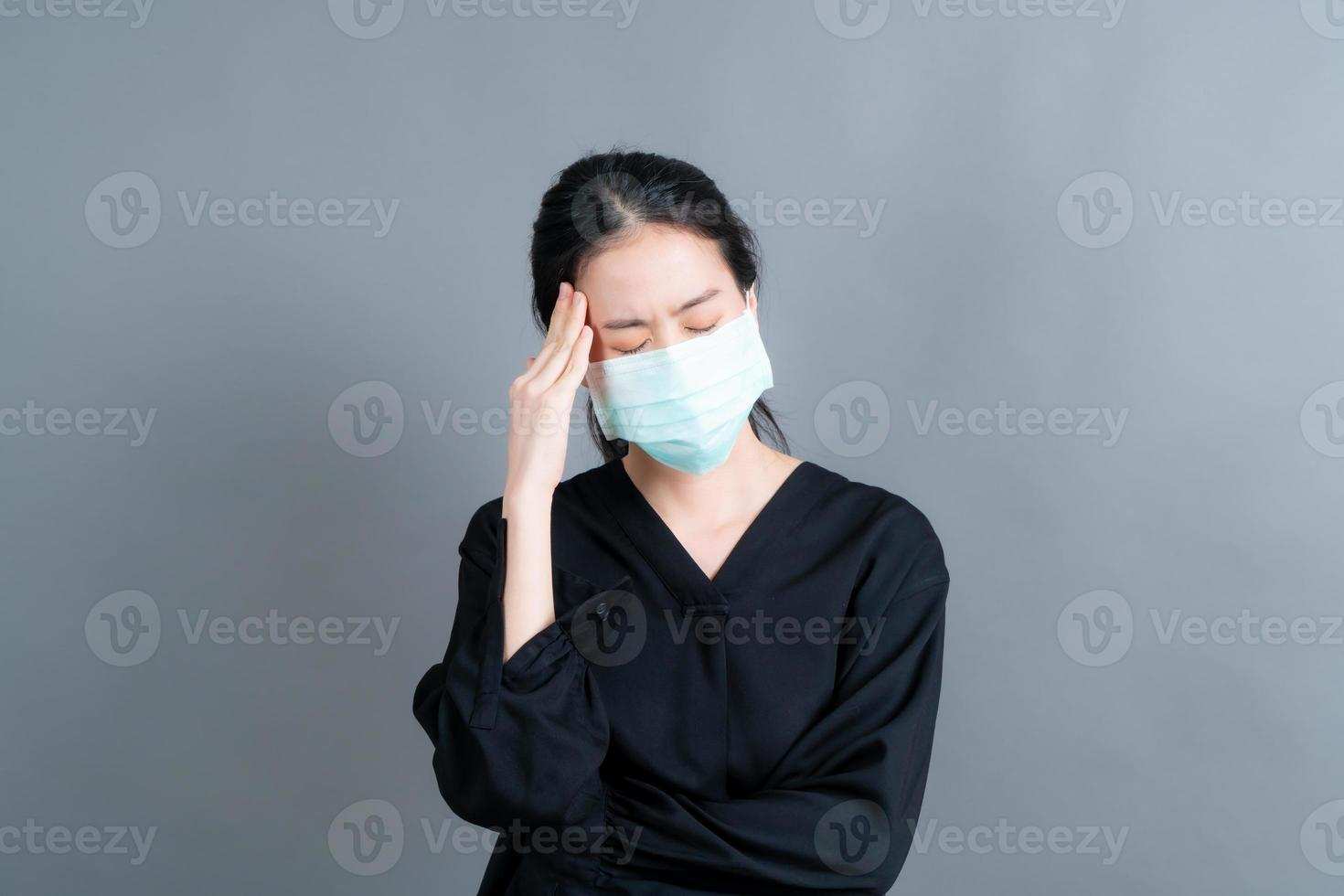 une femme asiatique portant un masque médical protège la poussière du filtre pm2.5 anti-pollution, anti-smog et covid-19 photo