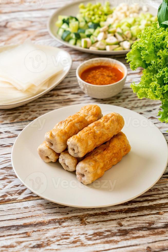 boulette de viande de porc vietnamienne avec wraps de légumes photo