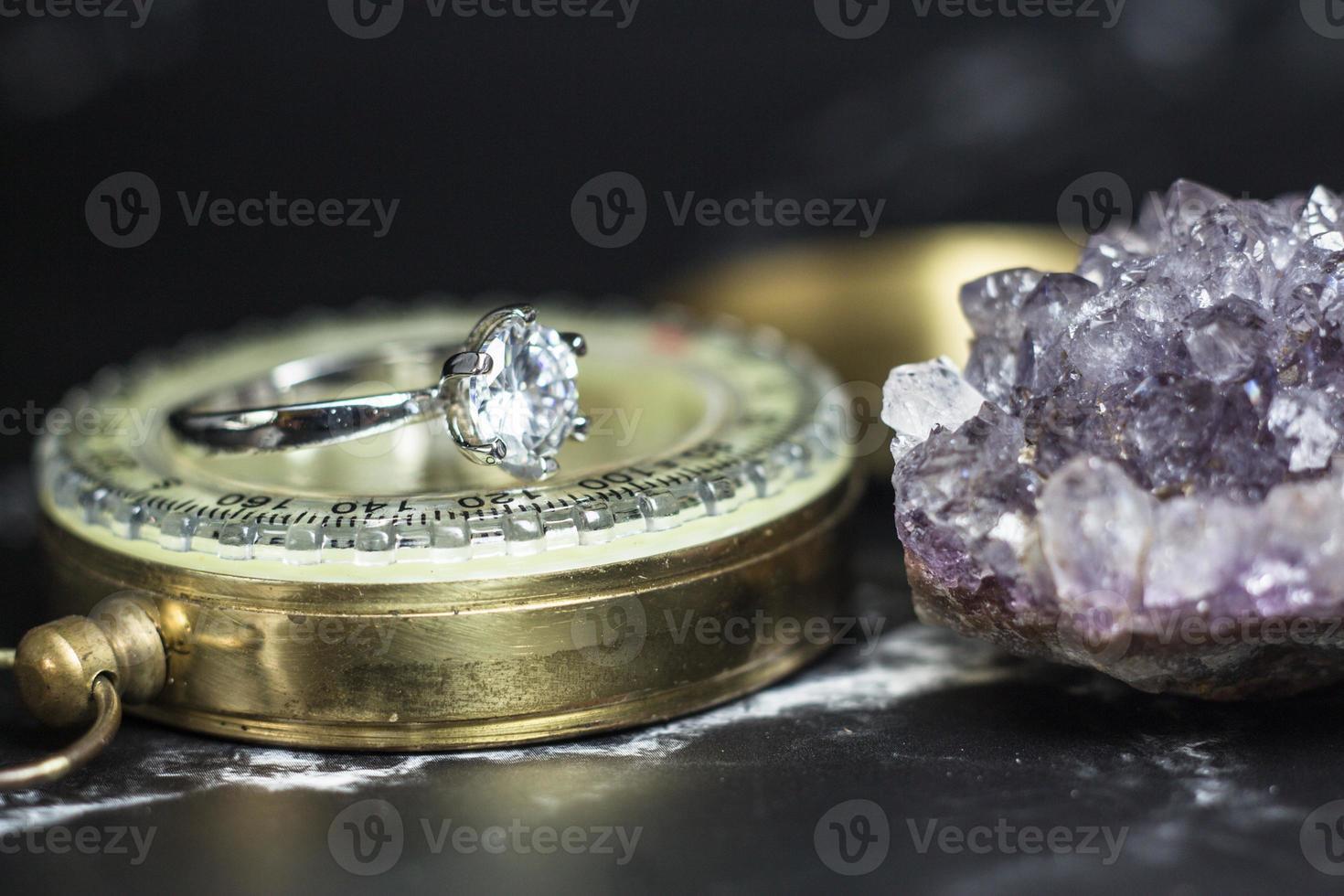 gros plan de la bague de fiançailles en diamant. concept d'amour et de mariage photo