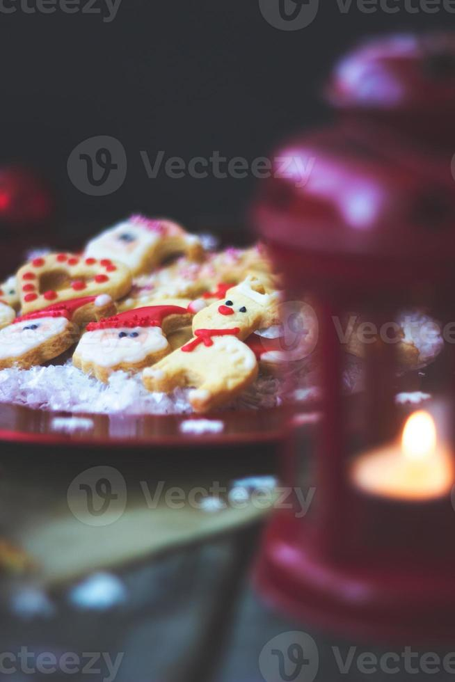 glaçage royal décoré de biscuits de Noël sur fond de bois photo