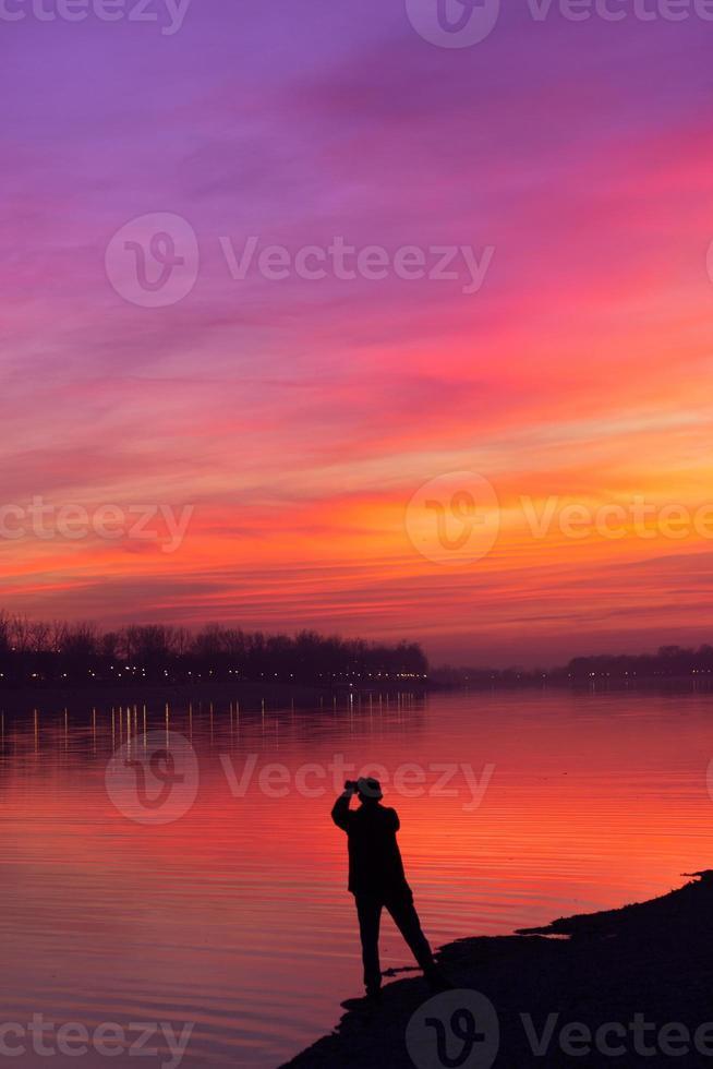 silhouette d'un homme prenant une photo d'un beau ciel coucher de soleil avec espace de copie