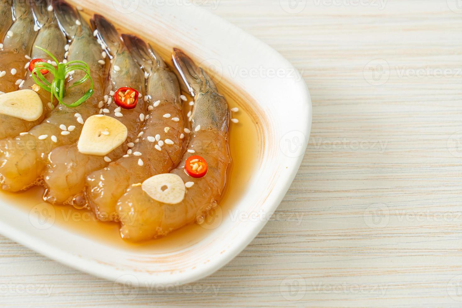 crevettes marinées à la coréenne ou crevettes marinées à la sauce soja coréenne photo