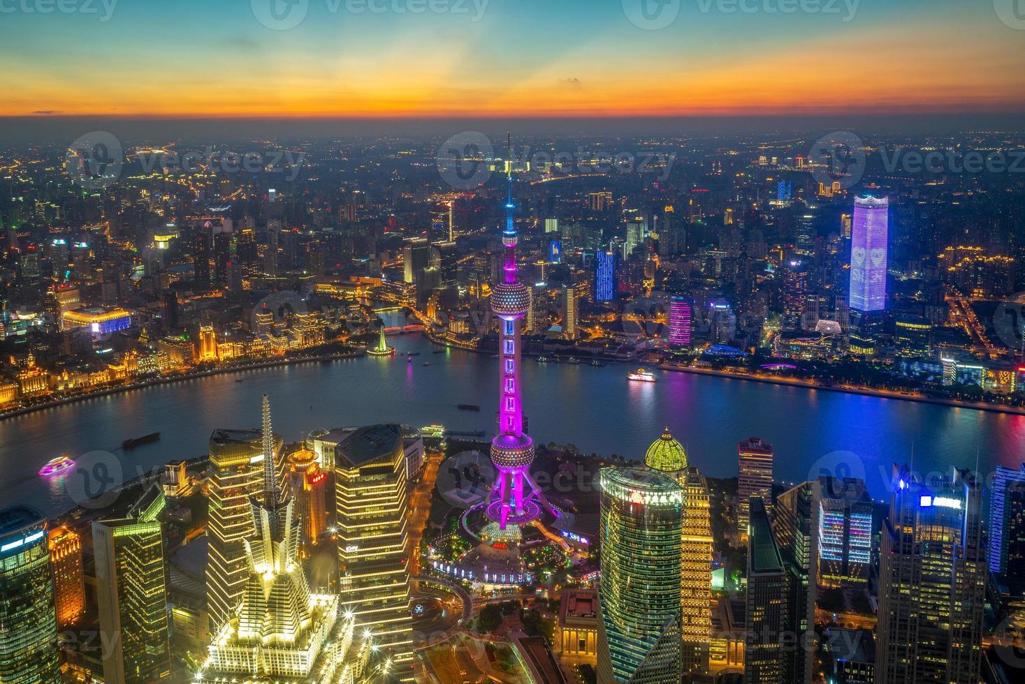 vue aérienne de shanghai au coucher du soleil en chine photo