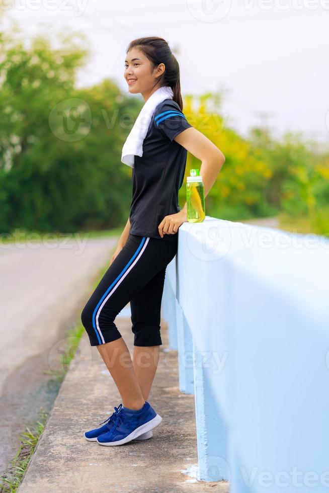 portrait d'une belle fille en vêtements de sport, courant une femme de forme physique en bonne santé s'entraînant pour le marathon en plein air photo