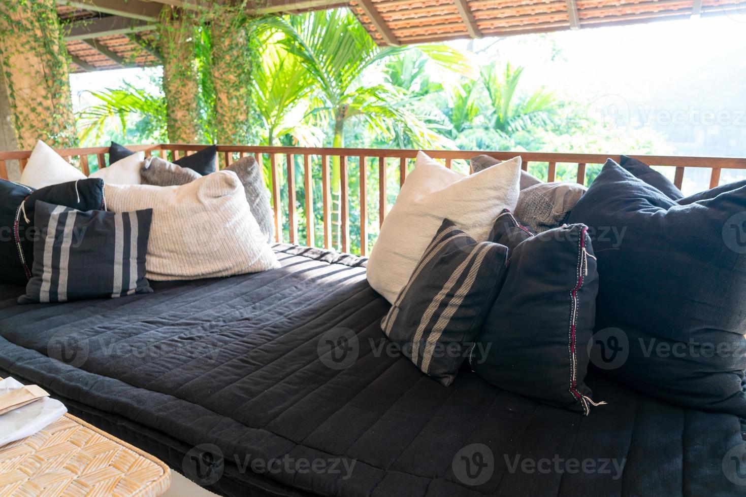Oreiller décore sur canapé sur balcon terrasse photo