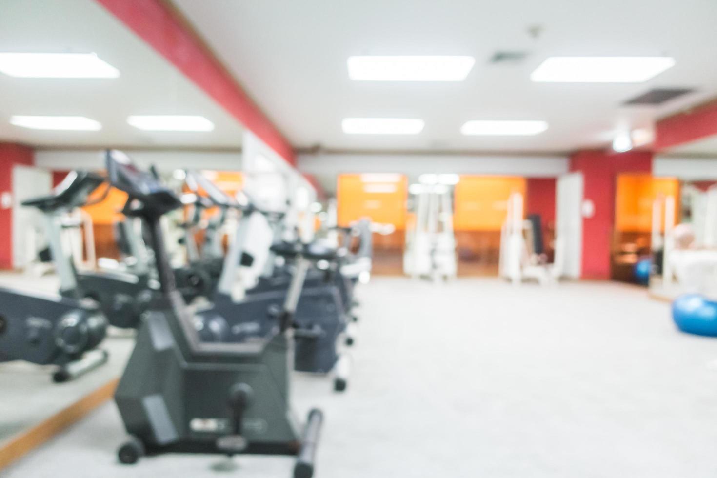 abstrait flou intérieur de la salle de gym et de remise en forme photo