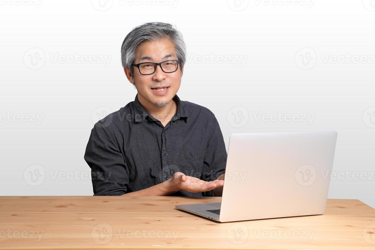 homme asiatique qui travaille photo