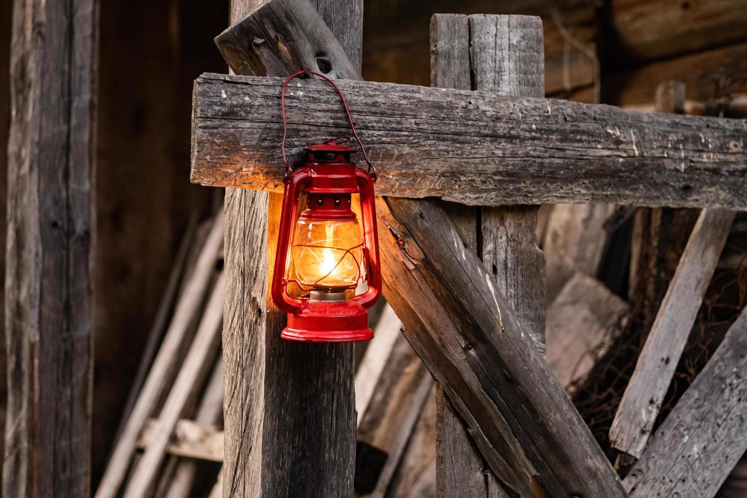 vieille lampe à huile sur la clôture photo