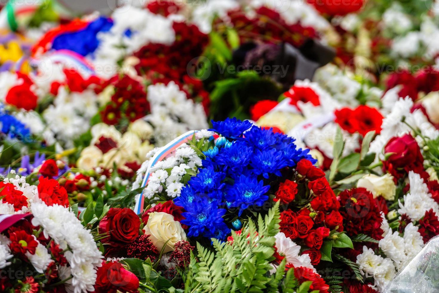 bouquet de fleurs avec ruban du drapeau de la russie. fête nationale de la fédération de russie - image photo