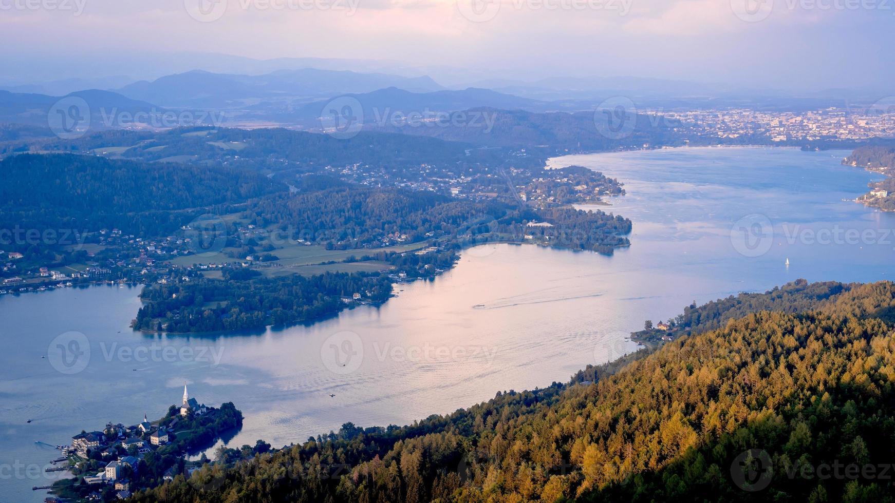 Vue du soir de la tour d'observation pyramidenkogel aux montagnes et au lac de Woerth, Carinthie, Autriche photo