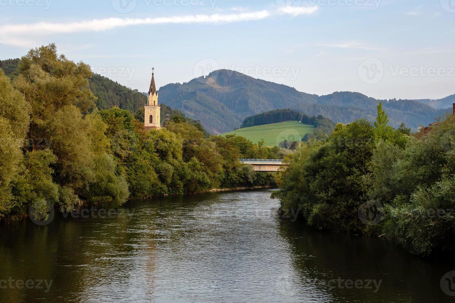 Vue sur la rivière mur avec église à Leoben, Autriche photo