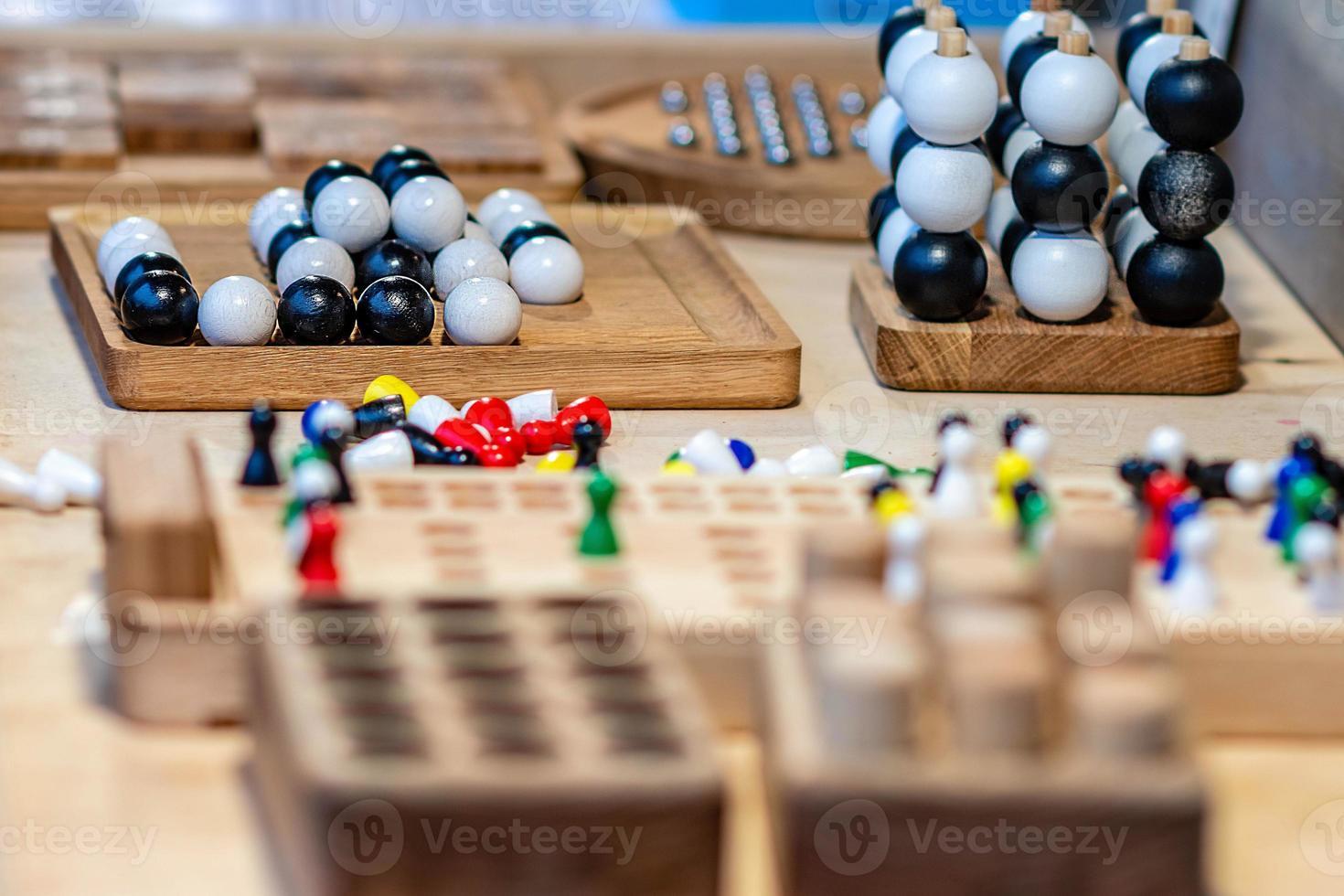 divers jouets en bois sur la table du marché annuel des artisans. mise au point sélective. photo