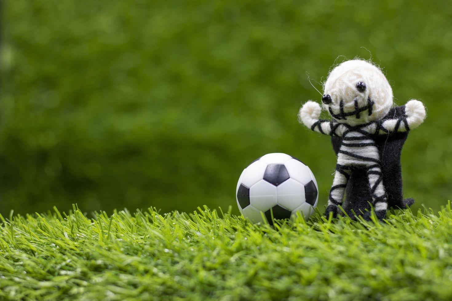 football avec fantôme pour les vacances d'halloween sur l'herbe verte photo