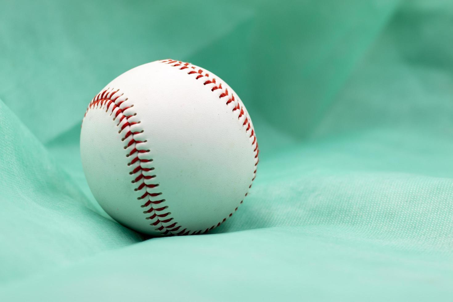le baseball est sur fond vert photo