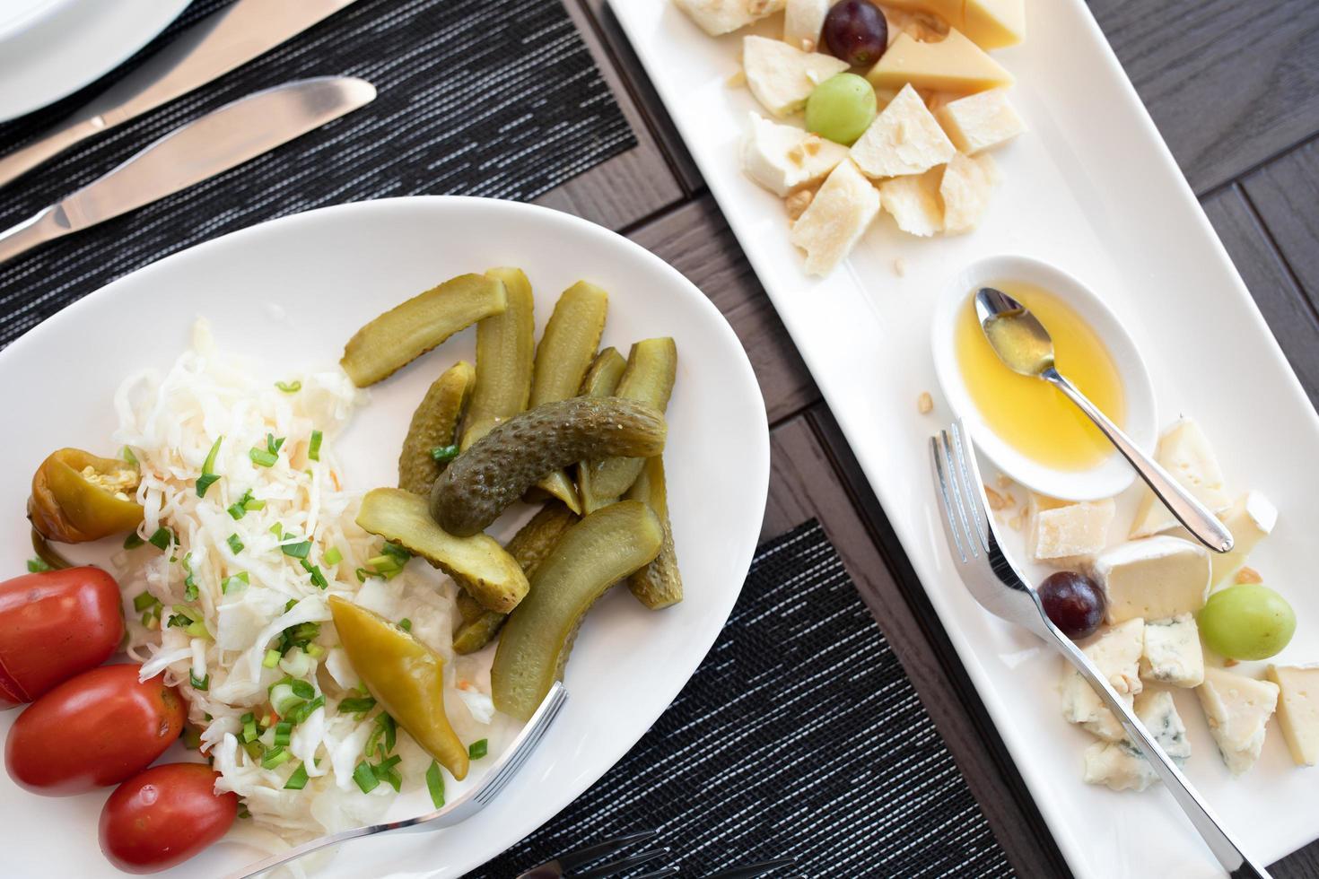 collations assorties. assiette de fromages, cornichons servis au restaurant. photo