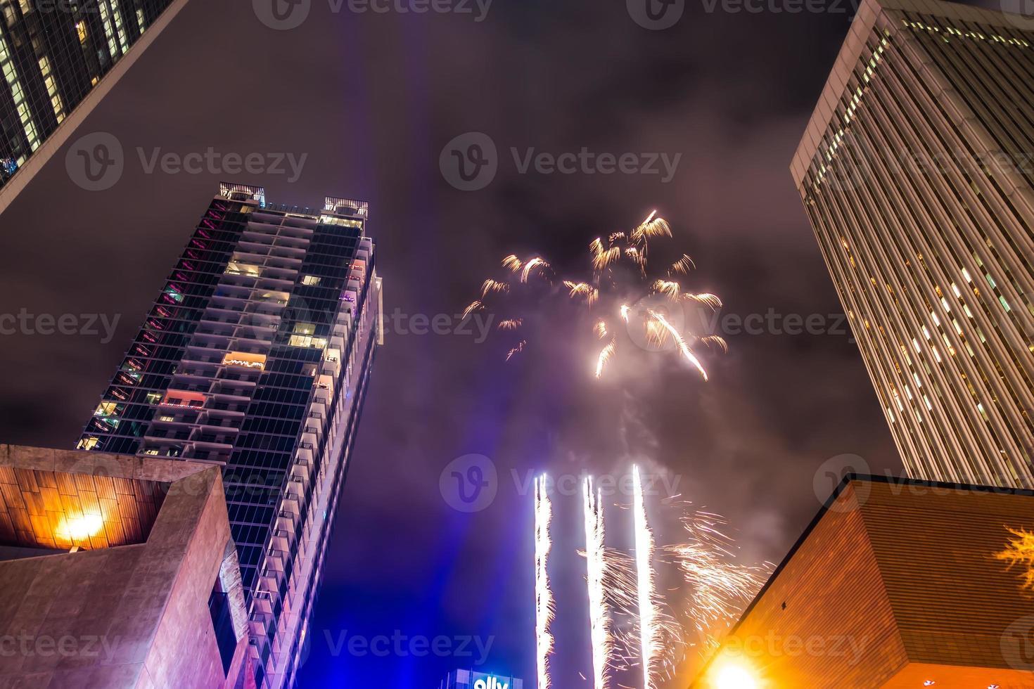De grandes foules se sont réunies pour célébrer la première nuit du nouvel an à Charlotte nc photo