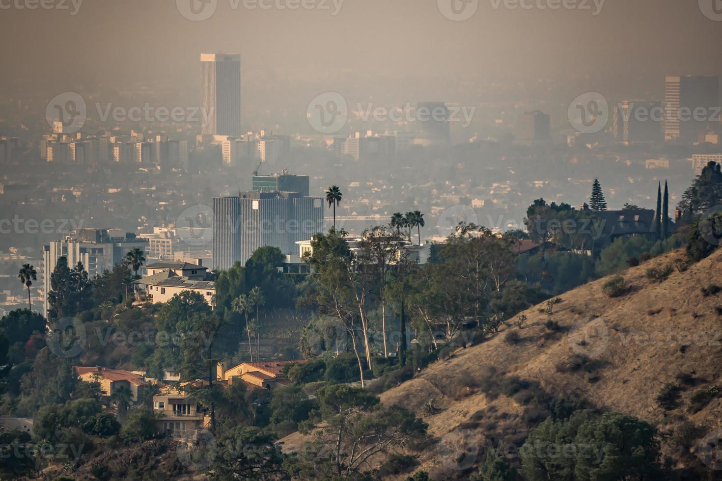 les toits et les banlieues de los angeles enveloppés dans la fumée des incendies de woosle en 2018 photo