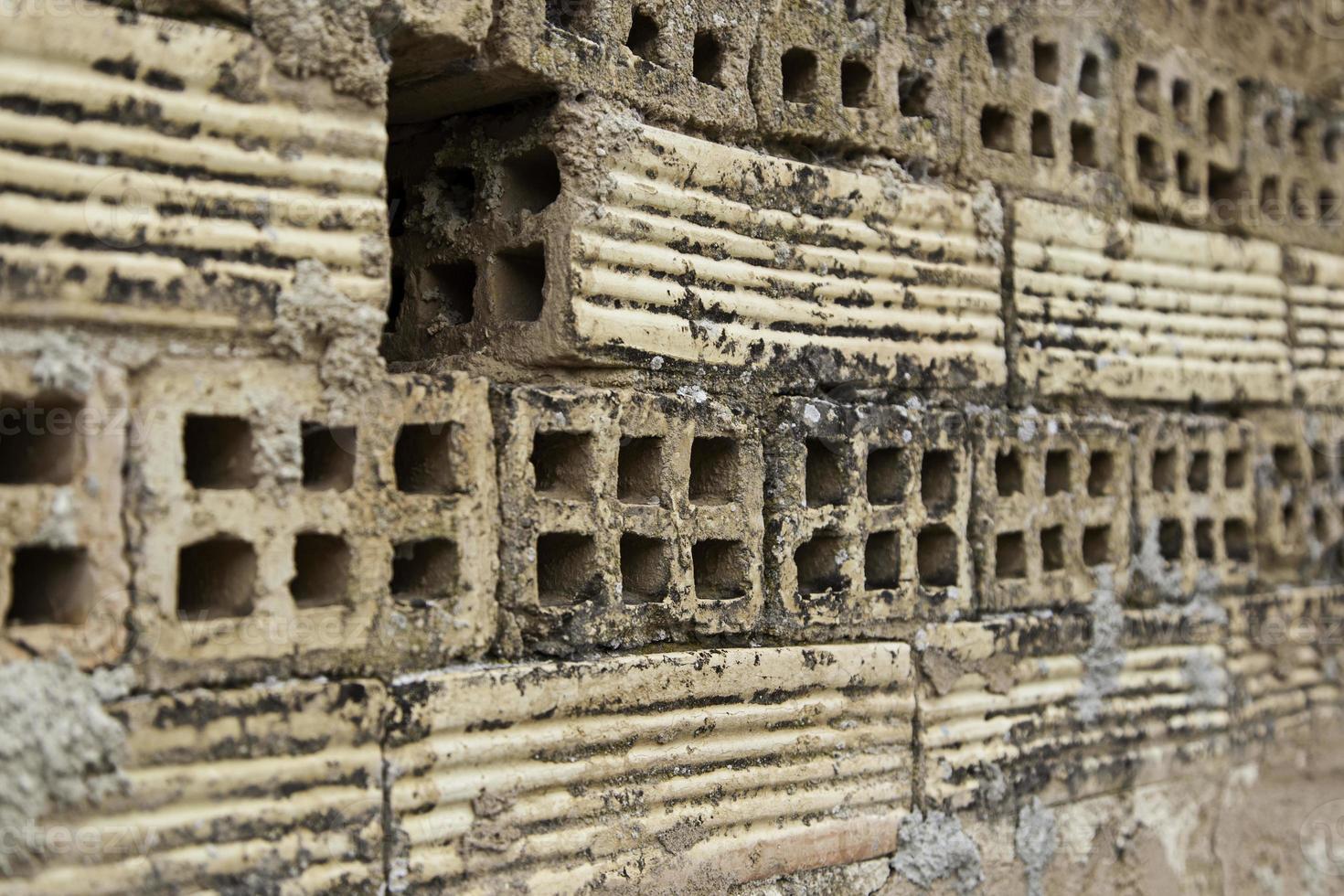 Vieux mur de briques de boue battu photo
