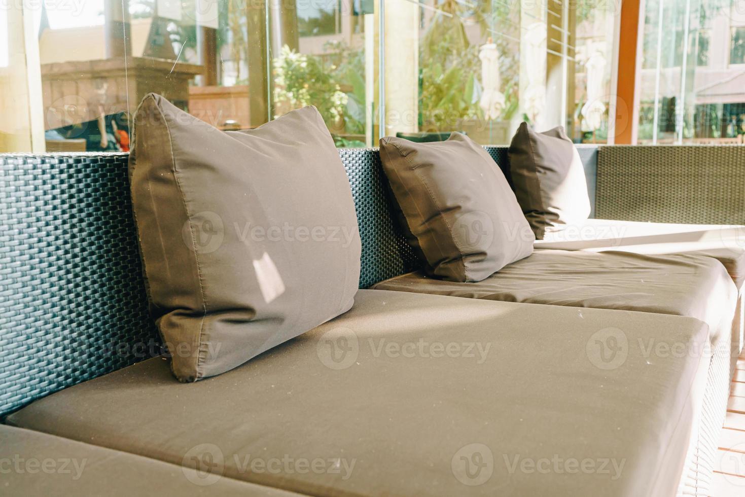 décoration d'oreiller confortable sur le canapé au balcon photo