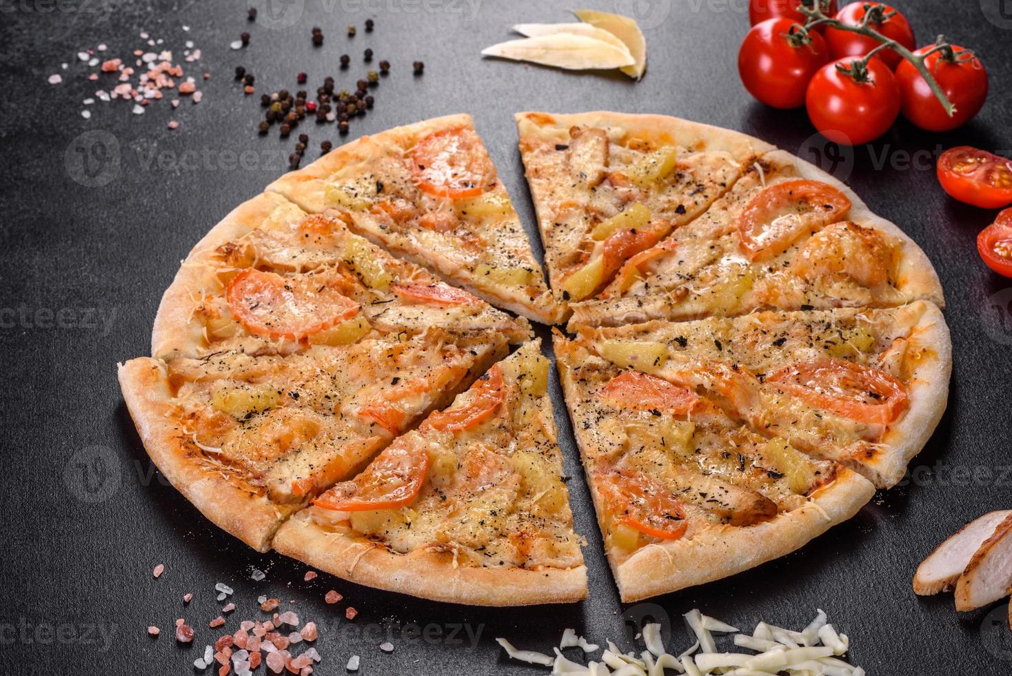 délicieuse pizza fraîche faite dans un four à sole avec des moules de crevettes et d'autres fruits de mer photo