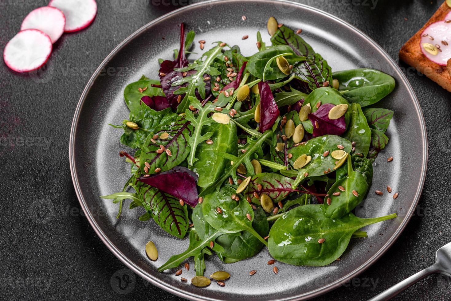 salade juteuse fraîche avec feuilles de mangold, roquette, épinards et betteraves photo